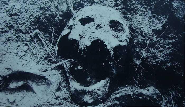 Liệt sĩ Nguyễn Thanh Long có lẽ bị bọn cai ngục đóng đinh nhiều nhất. Sau khi đóng đinh khắp cơ thể không khai thác được gì, chúng dùng cả đinh 8cm lẫn 1 tấc đóng chi chít vào hộp sọ, xuyên thủng màng tai, hốc mắt để tước đi mạng sống của người cộng sản kiên trung.