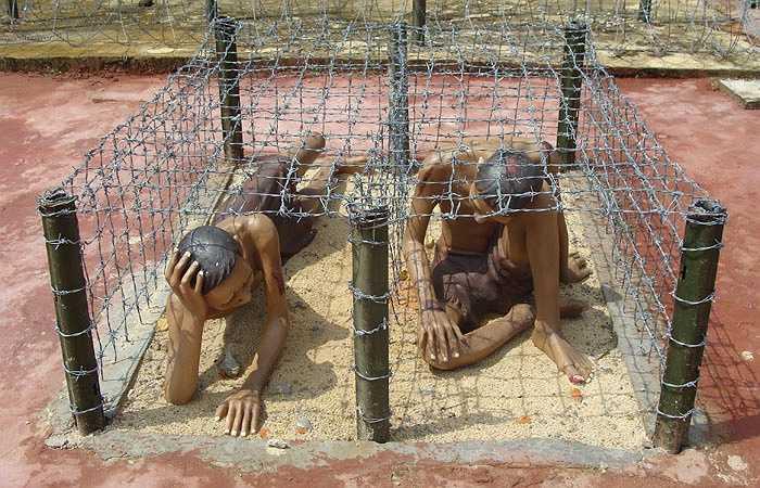Những chuồng cọp là 'đặc sản' do bọn cai ngục ác ôn của nhà tù Phú Quốc nghĩ ra. Tù nhân bị nhốt trong các chuồng thép gai, rồi phơi nắng đến bong da tróc thịt.
