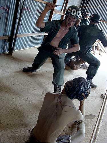 Cách hành hạ tù nhân cộng sản khá phổ biến là dùng dây roi bằng đuôi cá đuối. Đây là cách tra tấn kiểu móc da, rách thịt.