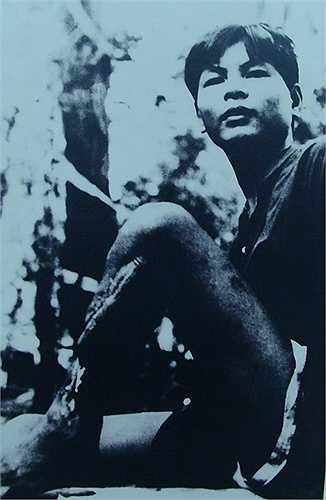 Trong ảnh là đồng chí Trịnh Văn Thanh, đã bị chúng đục bánh chè, rồi cưa chân để khỏi vượt ngục.