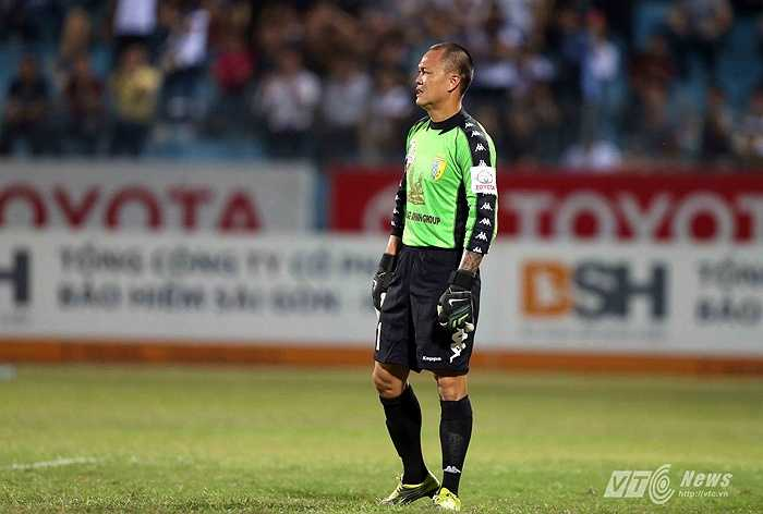 Đây là hình ảnh thủ thành Dương Hồng Sơn thất vọng khi để cho HAGL ghi bàn thắng thứ 3 trong trận đấu.
