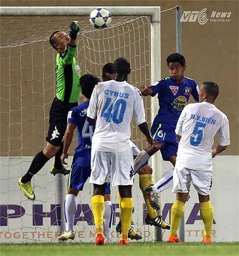Trước đó trong hiệp 1, Hồng Sơn phải vào lưới nhặt bóng sau quả sút 11m của Văn Sơn. Nhưng thời điểm đó, Hà Nội T&T đang dẫn với 2 bàn cách biệt (3-1).