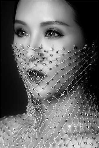Trong bộ ảnh trắng- đen này, hoa hậu Thu Hoài cũng nhận lời một người bạn nhiếp ảnh gia để thực hiện. Qua ống kính của nhiếp ảnh gia, hoa hậu Thu Hoài biến thành người đàn bà đẹp huyền bí.