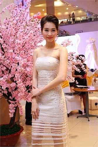 Tối qua (25/4), dù rất bận rộn nhưng Hoa hậu Đặng Thu Thảo đã dành thời gian có mặt tại một sự kiện.