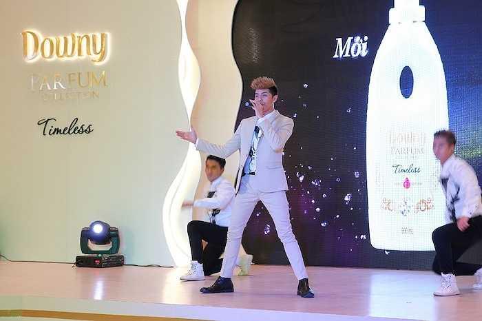 Phần trình diễn của nam ca sỹ nhận được sự cổ vũ nồng nhiệt của khán giả.