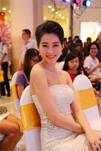 Đây cũng chính là trang phục trình diễn của Thu Thảo ở vị trí verdette trong bộ sưu tập 'Nét đẹp vĩnh cửu' của NTK Lê Thanh Hoà, một người bạn thân của cô.