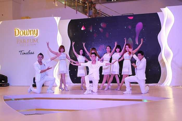 Tiết mục múa mở màn 'Thanh lịch là em' của vũ đoàn MTE (nhóm nhảy của Lâm Vinh Hải)