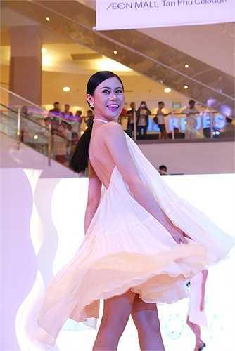 Các người mẫu trình diễn BST của Lê Thanh Hoà.