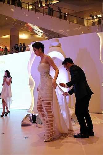 Lê Thanh Hoà thiết kế trang phục cho Thu Thảo ngay trên sân khấu.