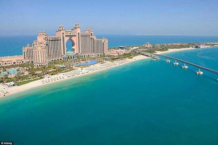 Khách sạn Atlantis (đảo nhân tạo Palm, Dubai) ấn tượng không chỉ kiến trúc bên ngoài mà còn có 2 dãy phòng nằm dưới nước nên du khách có thể ngắm cá tung tăng bơi lội