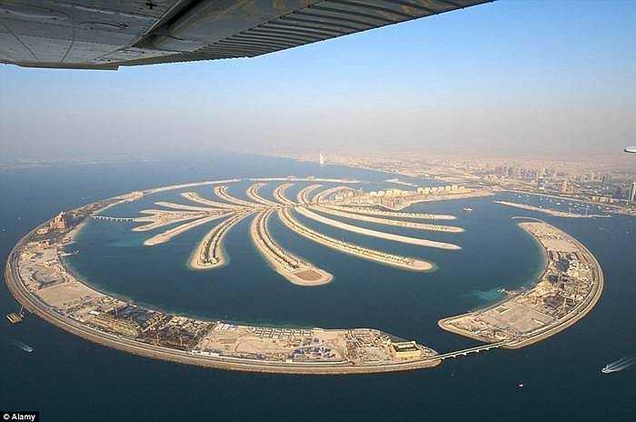 Giá phòng vào khoảng 8.000 USD/đêm cho các dịch vụ và quản gia riêng. Ngoài ra, khách sạn này nằm trên đảo nhân tạo ở Dubai với 1500 phòng