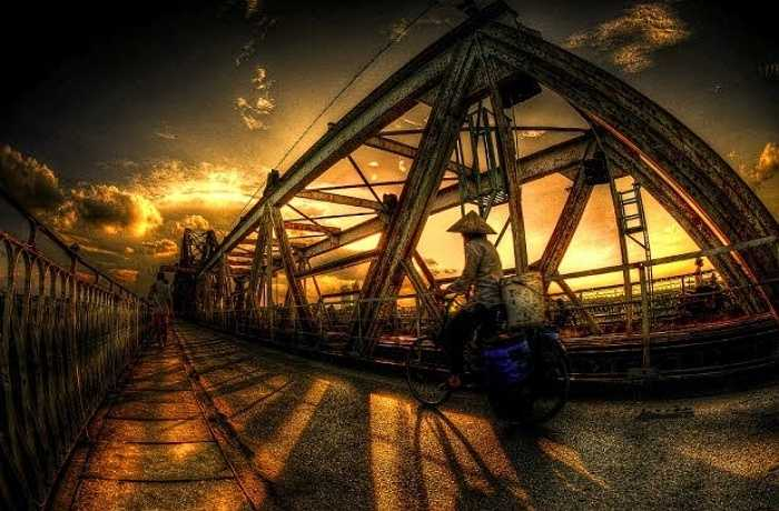 Cầu Long Biên cổ kính không chỉ là một chứng nhân lịch sử, nối đôi bờ sông Hồng mà còn nối liền cuộc sống bình dị, hoang sơ của người dân bãi giữa sông Hồng với sự náo nhiệt chốn phồn hoa đô thị. Mỗi khoảnh khắc trong ngày đều đem đến cho cây cầu lịch sử này một vẻ đẹp khác nhau.