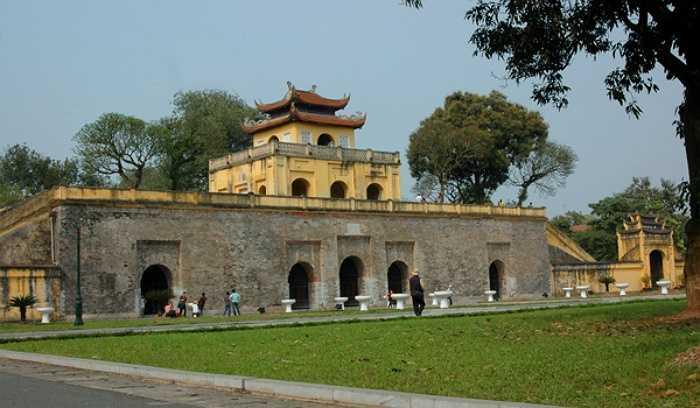 Nằm trên đường Hoàng Diệu, Hoàng Thành Thăng Long dù không có quá nhiều điểm đặc biệt nhưng nơi đây thu hút các thợ ảnh bởi khung cảnh cổ kính, tạo nên cảm hứng sáng tác nghệ thuật rất nên thơ.