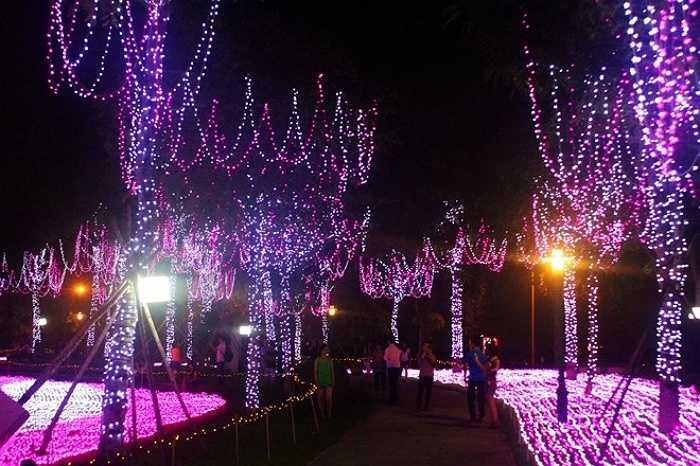 Công viên Nhật Tân là một nơi lí tưởng để chụp ảnh cưới tại Hà Nội. Khai thác vẻ đẹp thiên nhiên, đọ sắc cùng cảnh trời đất, hoa lá- đó là lí do Vườn Đào Nhật Tân trở thành Studio khổng lồ có thương hiệu trong địa điểm chụp ảnh cưới đặc sắc tại Hà Nội.