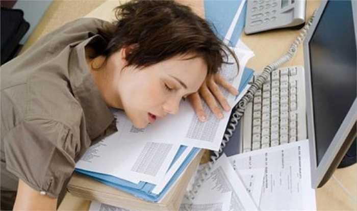 1. Một giấc ngủ dài vào ban ngày, đặc biệt là sau 16h hoặc một chút gà gật vào buổi tối khi xem tivi có thể làm hỏng giấc ngủ ngon vào ban đêm.