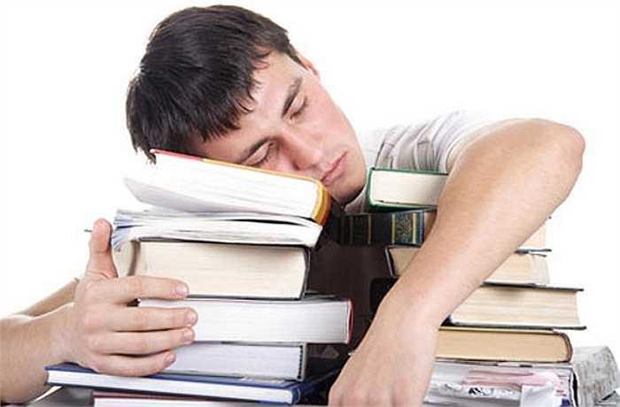 2. Nếu bạn đang có một thói quen ngủ vô tổ chức, bạn sẽ làm gián đoạn nhịp điệu ngủ tự nhiên của bạn, có thể gây ra chứng mất ngủ và mệt mỏi.