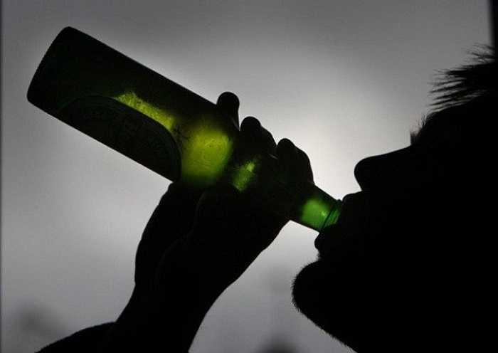 12. Uống rượu có thể giúp bạn đi vào giấc ngủ nhưng khi các thành phần trong rượu được chuyển hóa trong cơ thể, chúng sẽ khiến bạn ngủ không yên hoặc thức dậy sớm.