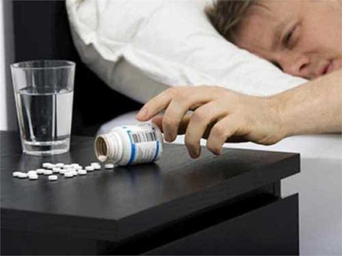 13. Thuốc ngủ có thể giúp bạn nhanh chóng rơi vào giấc ngủ nhưng lại không giải quyết vấn đề gốc rễ của chứng mất ngủ. Chưa kể, các loại thuốc ngủ cũng mang lại một số rủi ro, khiến người uống dễ dàng phụ thuộc vào nó.