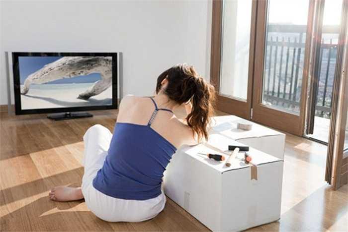 5. Ánh sáng từ màn hình máy tính hoặc TV sẽ ức chế sản xuất melatonin trong tuyến tùng. Cơ thể bị thiếu hụt melatonin sẽ dẫn đến tình trạng mất ngủ, ngủ không sâu hoặc thường xuyên tỉnh giấc.
