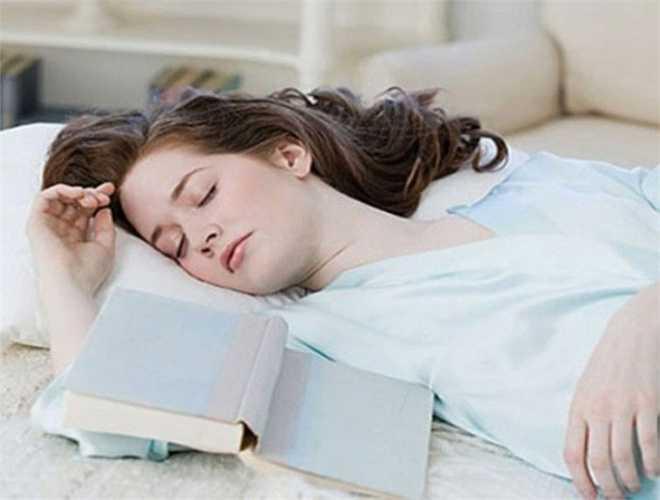 6. Nếu không ngủ được mà vẫn cố nằm trên giường và suy nghĩ về giấc ngủ, bạn sẽ khiến tình hình tồi tệ hơn.