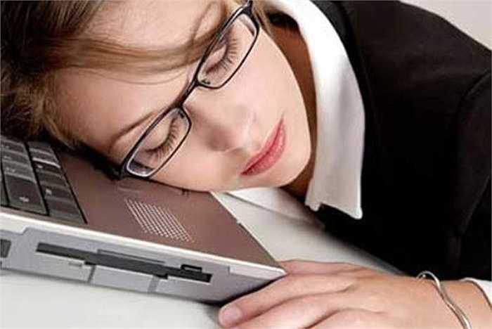 7. Sử dụng điện thoại và các thiết bị điện tử trước khi đi ngủ rất có hại cho sức khỏe của bạn vì ánh sáng xanh phát ra từ các thiết bị điện tử khiến cho cơ thể không sản xuất được melatonin - một loại chất giúp cơ thể buồn ngủ.