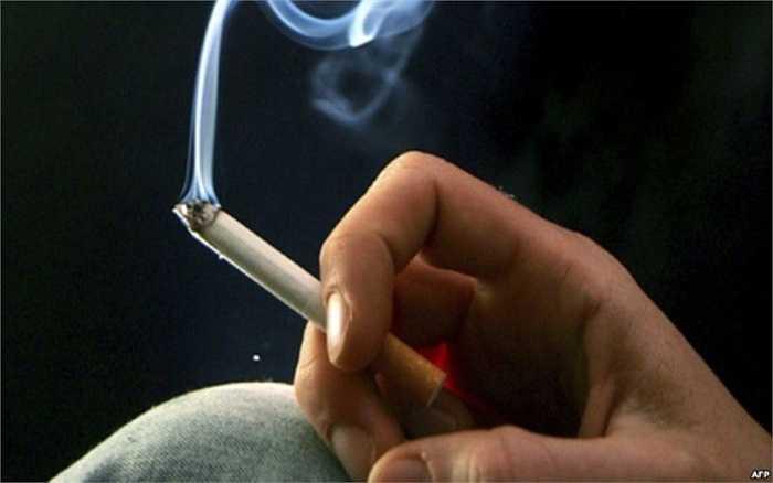 8. Hút thuốc lá trước khi đi ngủ sẽ càng có hại hơn bởi chất nicotine trong thuốc lá khiến cho cơ thể giải phóng hormone serotonin, làm tăng huyết áp. Điều này sẽ khiến giấc ngủ của bạn bị rối loạn.