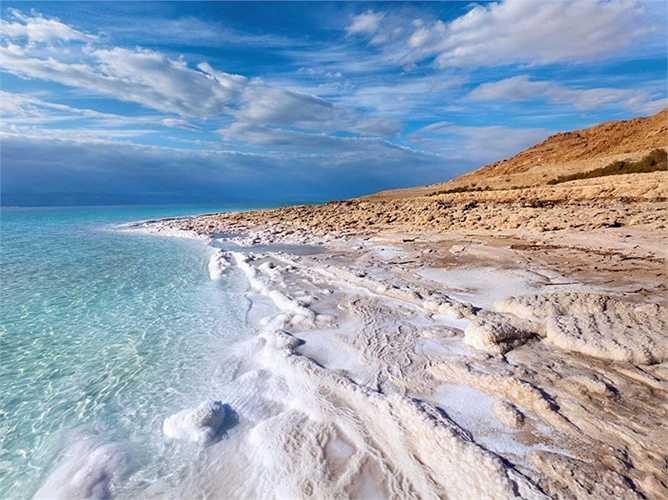 Mực nước ở Biển Chết, giáp biên giới Jordan và Israel, đã giảm xuống 80 feet (tức gần 25m) và 'bốc hơi' mất một phần ba lượng nước trong vòng 40 năm qua. Với việc các nước lân cận vẫn tiếp tục sử dụng nguồn nước từ sông Jordan (nơi duy nhất đổ nước về Biển Chết) thì có thể trong vòng 50 năm tới, nó có thể sẽ hoàn toàn biến mất.