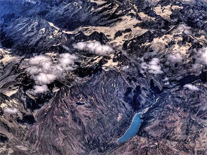 Biến đổi khí hậu có ảnh hưởng mạnh mẽ tới dãy núi Alps bởi chúng có độ cao thấp hơn khá nhiều so với các dãy núi khác. Mỗi năm, dãy núi này mất khoảng 3% băng đá, điều đó có nghĩa rằng vào năm 2050 có thể sẽ không còn chút băng nào.