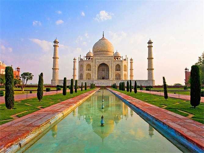 Taj Mahal là một trong những tòa nhà mang tính biểu tượng nhất trên thế giới, nhưng một số chuyên gia lo ngại rằng nó có thể sẽ sụp đổ vì sự ô nhiễm và xói mòn.