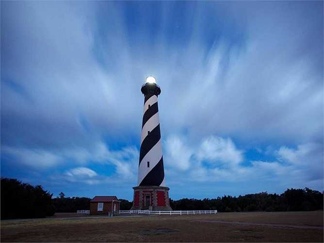 Đường bờ biển của quần đảo Bắc Carolina - Outer Banks đang bị xói mòn đất trầm trọng, đặc biệt là khu vực đặt ngọn hải đăng Cape Hatteras vốn là biểu tượng nổi tiếng của California, được xây dựng từ năm 1870.