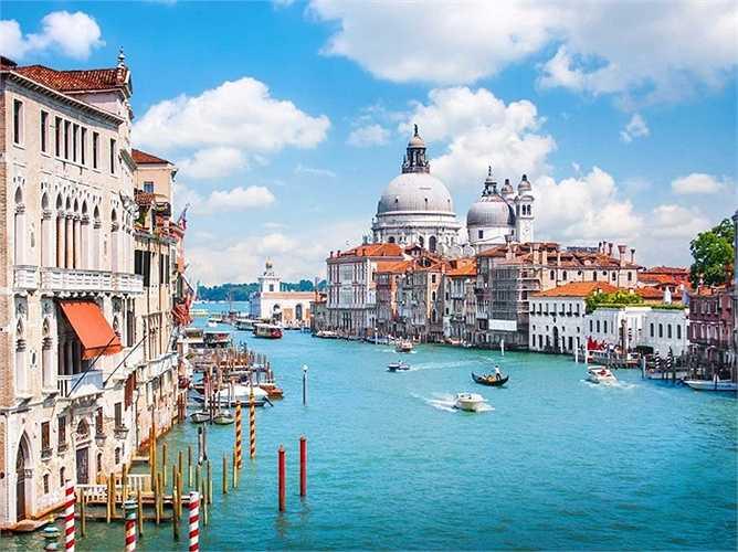 Venice đang bị chìm dần trong nước vào khoảng vài năm trở lại đây và chưa có dấu hiệu dừng lại. Nghiêm trọng hơn lũ lụt cũng xảy ra ngày một nhiều và góp phần vào sự biến mất trong tương lai của thành phố.