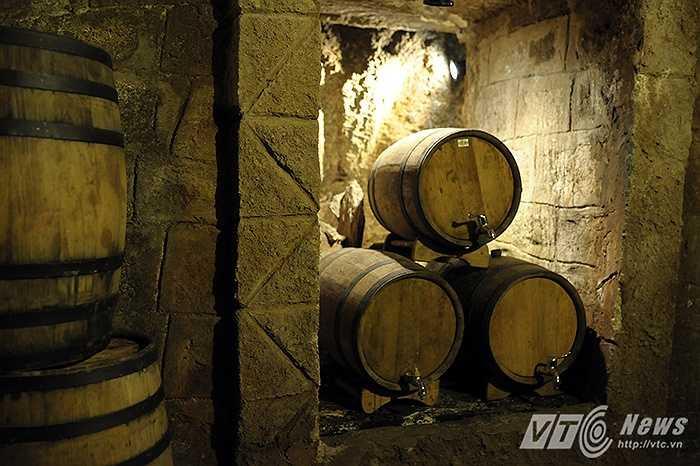 Hầm rượu được xây dựng là nơi cất giữ các loại rượu, đặc biệt là rượu vang một sản phẩm được xem là quốc hồn quốc túy và là niềm tự hào của người Pháp đã mang sang Việt Nam.