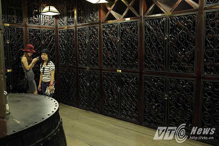 Cùng với sự ra đi của người Pháp ở Việt Nam vào năm 1954, Bà Nà đã chìm vào quên lãng và hầm rượu cũng chịu chung số phận. Nó đã bị bỏ hoang trong một thời gian dài và khu vực này đã bị bom đạn đánh sập. May mắn thay, hầm rượu về cơ bản vẫn còn nguyên vẹn và đã được phục chế lại. (Ảnh : Việt Linh)