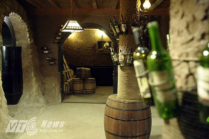 Hầm rượu có tổng chiều dài từ lối vào đến lối ra khoảng 100 mét, chiều cao 2,5 mét, rộng khoảng 2 mét, bên trong có các hầm cất giữ rượu, hầm chưng cất rượu, quán bar, lò sưởi, và sảnh.