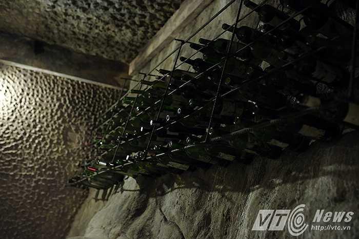 Điều khiến cho hầm rượu Debay trở nên đặc biệt là chỉ có số lượng rất ít hầm rượu được xây dựng ở Việt Nam và càng hiếm có hơn nữa khi hầm rượu này lại được đào xuyên vào trong lòng núi.