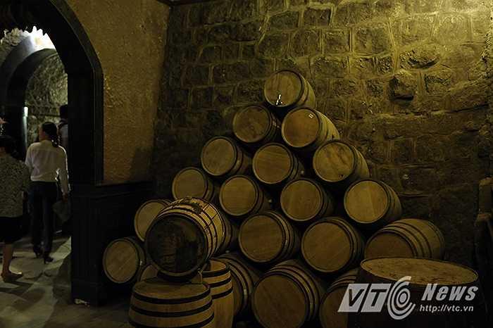 Nhiệt độ bên trong hầm rượu thường khoảng 16 – 20 độ C. Đây chính là nhiệt độ lý tưởng để cất giữ các loại rượu vang.