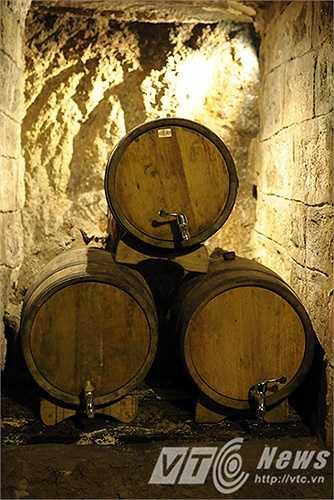 Trong hầm rượu có tất cả 14 hốc, gồm có 11 hốc nhỏ và 3 hốc lớn, mỗi hốc này đều có chủ nhân của nó. Họ là những chủ nhân của những ngôi biệt thự hoặc khách sạn tại Bà Nà.