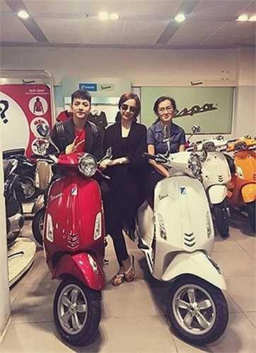 Ngoài ra, Angela Phương Trinh mua 2 chiếc Vespa lên đến cả trăm triệu tặng mẹ và anh trai Cường Dimo.