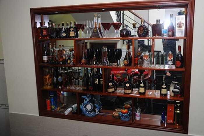 Ngôi nhà 'mượn' này có tủ rượu với nhiều loại đắt tiền.