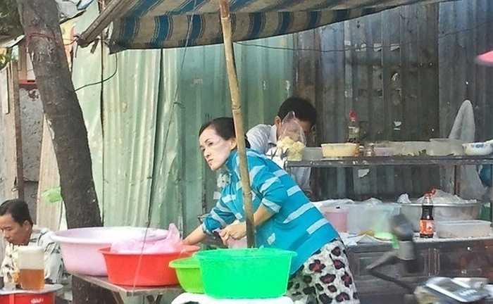 Hiện tại, địa chỉ người hâm mộ biết chắc chắn là chốn đi về thường xuyên của cô là quán xôi của mẹ ở Quận 5 TP HCM. Angela Phương Trinh thường ghé qua quán lấy đồ ăn sáng và thăm mẹ. Cô từng chia sẻ rất tự hào vì công việc của mẹ đã nuôi cô và em gái trưởng thành.