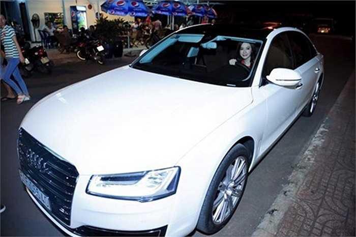 Gần đây, Angela Phương Trinh tuyên bố tự thưởng cho mình siêu xe Audi có giá trị lên tới 6 tỷ đồng. Cô khẳng định đây là thành quả lao động của mình.