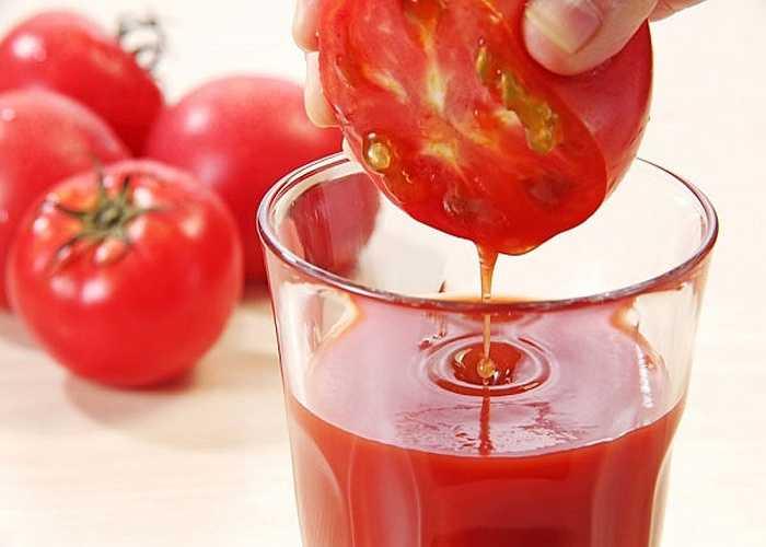 Cà chua ép: Dùng cà chua tươi để ép lấy nước uống. Chỉ sau khi uống vài ly nước cà chua ép trong ngày, bạn sẽ thấy dấu hiệu của các nốt lở nhiệt miệng lành nhanh thấy rõ.