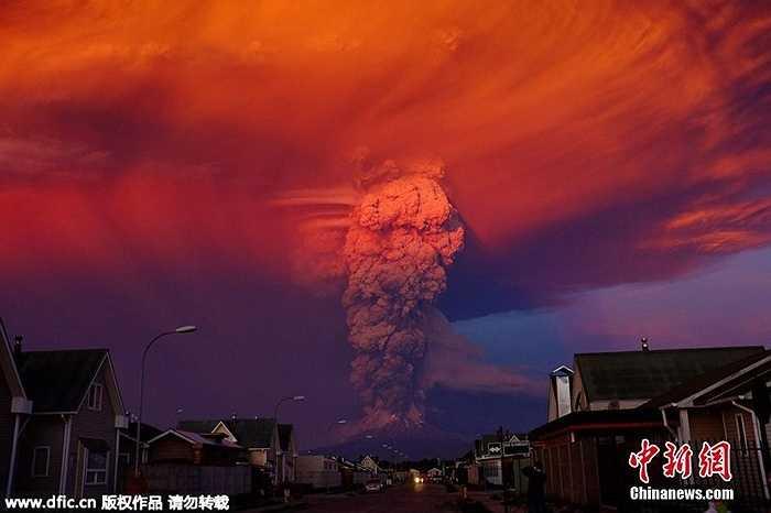 Hôm qua (22/4), núi lửa Calbuco ở phía Nam Chi Lê đã bắt đầu đợt phun trào mới sau 40 năm ngủ yên. Những cột tro bụi hình nấm cao 20km. Ít nhất 1500 người đã được sơ tán