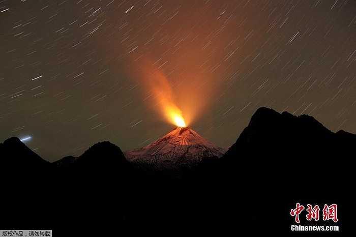 Hình ảnh chụp lửa đỏ rực do dung nham tỏa ra trên đỉnh núi vào ban đêm