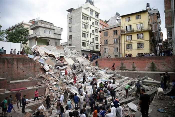 Khắp thành phố Kathmandu, đâu đâu cũng cảnh đổ nát như thế này với hàng trăm người xúm xít để đào bới, hy vọng còn ai đó sống sót. Ảnh: Narendra Shrestha/EPA