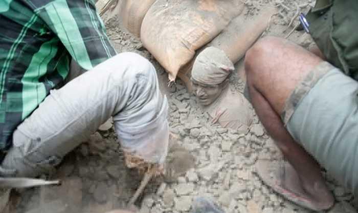 Nỗ lực giải cứu một người đàn ông từ đống đổ nát của một tòa nhà bị phá hủy ở Kathmandu. Ảnh: Narendra Shrestha/EPA
