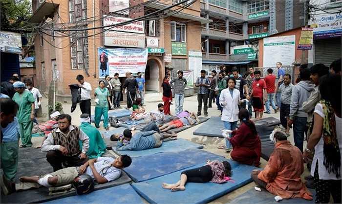 Bệnh viện cộng đồng Memorial Manmohan chịu thiệt hại nghiêm trọng, nhân viên y tế phải cấp cứu bệnh nhân ngay ngoài đường. Ảnh: Narendra Shrestha/EPA (Quốc Khánh)
