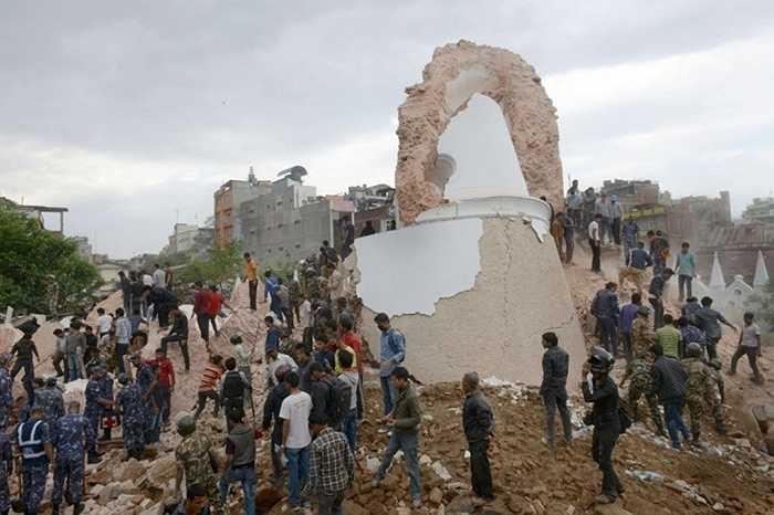Nhân viên cứu hộ và người dân Nepal bới đất đá quanh chân tháp Dharahara, hy vọng cứu thêm người còn mắc kẹt. Ảnh: Prakesh Mathema/AFP/Getty Images
