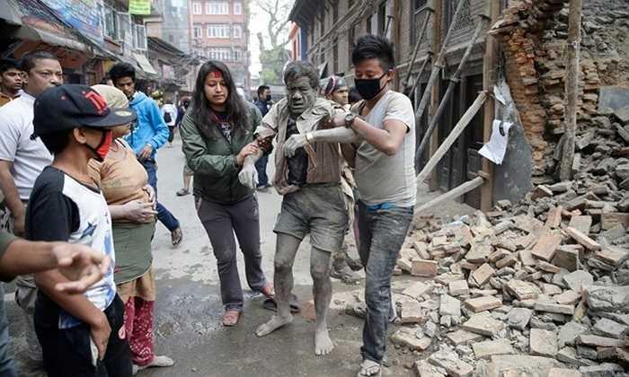 Một người đàn ông được cứu sống từ đống đổ nát của tòa nhà bị phá hủy. Ảnh: Narendra Shrestha /EPA
