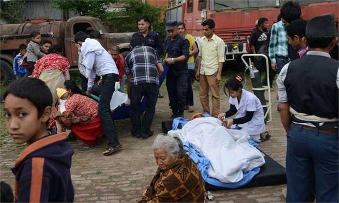 Nhân viên y tế Nepal cấp cứu người bị thương ngay ngoài đường, bởi nhiều cơ sở y tế cũng bị phá hủy. Ảnh: Prakesh Mathema/AFP/Getty Images